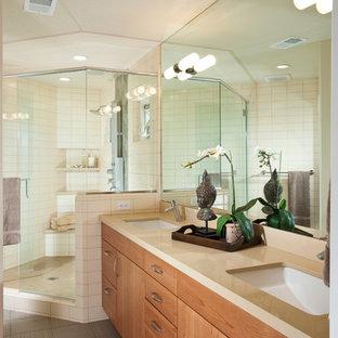 Diseño de cuarto de baño asiático, de tamaño medio, con baldosas y/o azulejos beige, armarios con paneles lisos, puertas de armario de madera oscura, ducha esquinera, baldosas y/o azulejos de cerámica, paredes blancas, suelo de baldosas de porcelana, lavabo bajoencimera, suelo gris y ducha con puerta con bisagras