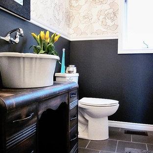 Immagine di una stanza da bagno con doccia chic di medie dimensioni con ante con finitura invecchiata, pareti multicolore, pavimento in ardesia, lavabo a bacinella, pavimento grigio, consolle stile comò, doccia alcova, WC a due pezzi e doccia con tenda