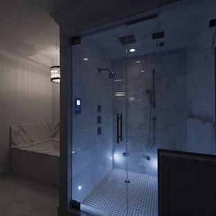 Immagine di una grande sauna chic con lavabo sottopiano, ante lisce, ante in legno bruno, top in marmo, vasca sottopiano, WC monopezzo, piastrelle bianche, piastrelle in pietra, pareti grigie e pavimento in marmo