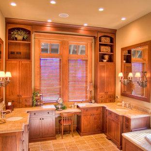 Großes Uriges Badezimmer En Suite mit Waschtischkonsole, hellbraunen Holzschränken, Eckbadewanne, beigefarbenen Fliesen, beiger Wandfarbe und Keramikboden in Chicago