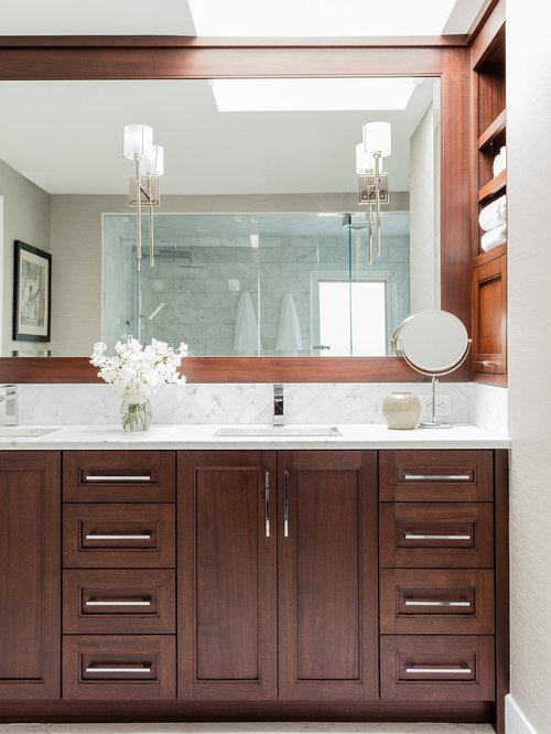 Salle de bain avec un placard porte affleurante et une - Porte de placard salle de bain ...