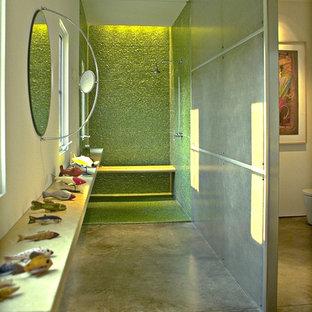 Modelo de cuarto de baño moderno con baldosas y/o azulejos en mosaico, ducha abierta, paredes verdes, suelo de cemento, ducha abierta y suelo verde