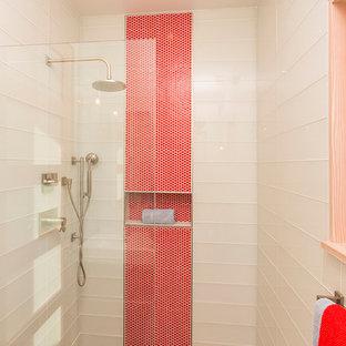 На фото: маленькая главная ванная комната в стиле модернизм с плоскими фасадами, красными фасадами, инсталляцией, белой плиткой, стеклянной плиткой, белыми стенами, бетонным полом, накладной раковиной, столешницей из искусственного камня, серым полом, открытым душем и душем в нише с