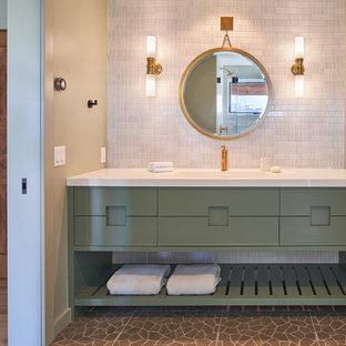 Idee per una stanza da bagno chic con consolle stile comò, ante verdi, piastrelle bianche, piastrelle a mosaico, pareti beige, lavabo sottopiano, pavimento grigio e top bianco