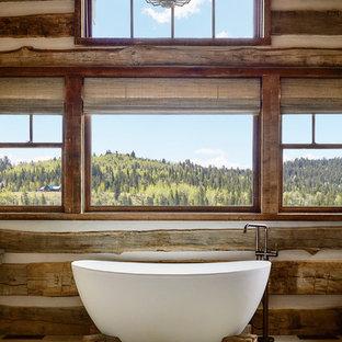 Immagine di una stanza da bagno padronale stile rurale con vasca freestanding