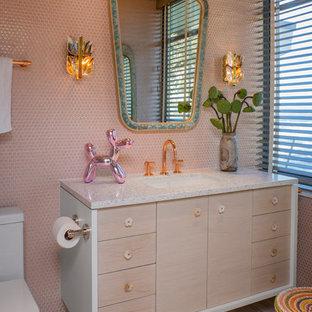 Ispirazione per una stanza da bagno moderna con ante lisce, ante in legno chiaro, piastrelle rosa, piastrelle a mosaico, lavabo sottopiano, pavimento marrone e top bianco