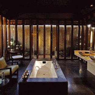 ロサンゼルスの大きいエクレクティックスタイルのおしゃれなマスターバスルーム (家具調キャビネット、濃色木目調キャビネット、置き型浴槽、洗い場付きシャワー、茶色いタイル、ミラータイル、茶色い壁、濃色無垢フローリング、ベッセル式洗面器、クオーツストーンの洗面台、茶色い床、開き戸のシャワー、ベージュのカウンター) の写真