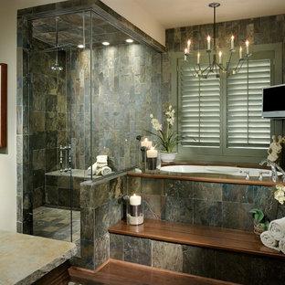 Modelo de cuarto de baño actual con baldosas y/o azulejos de pizarra