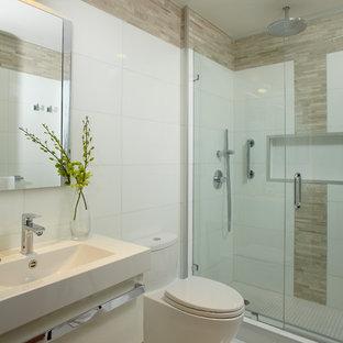 Diseño de cuarto de baño contemporáneo, de tamaño medio, con lavabo tipo consola, armarios con paneles lisos, puertas de armario blancas, encimera de mármol, bañera encastrada, ducha a ras de suelo, sanitario de una pieza, baldosas y/o azulejos blancos, baldosas y/o azulejos en mosaico, paredes blancas y suelo de mármol