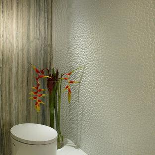 Ispirazione per una stanza da bagno con doccia design di medie dimensioni con lavabo integrato, consolle stile comò, ante beige, top in marmo, vasca freestanding, doccia doppia, WC monopezzo, piastrelle bianche, piastrelle di ciottoli, pareti bianche e pavimento in marmo
