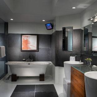 Новые идеи обустройства дома: большая главная ванная комната в современном стиле с раковиной с пьедесталом, плоскими фасадами, фасадами цвета дерева среднего тона, отдельно стоящей ванной, серой плиткой, стеклянной столешницей и мраморным полом