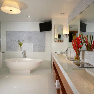 Immagine di un'ampia stanza da bagno contemporanea con lavabo sottopiano, ante in legno chiaro, top in marmo, WC a due pezzi, piastrelle bianche, piastrelle di vetro, pareti bianche, pavimento in marmo, ante lisce, vasca freestanding, doccia doppia, pavimento bianco e porta doccia a battente