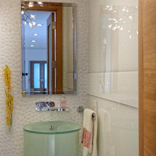 Immagine di una stanza da bagno con doccia minimal di medie dimensioni con ante di vetro, ante verdi, vasca da incasso, doccia doppia, WC monopezzo, pistrelle in bianco e nero, piastrelle di ciottoli, pareti bianche, pavimento in marmo, lavabo a colonna e top in vetro
