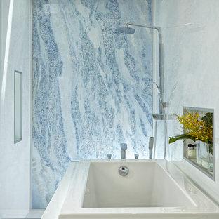 Foto på ett stort funkis en-suite badrum, med öppna hyllor, vita skåp, ett japanskt badkar, en öppen dusch, en toalettstol med hel cisternkåpa, flerfärgad kakel, stenhäll, flerfärgade väggar, marmorgolv, ett nedsänkt handfat och bänkskiva i onyx