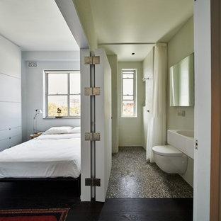 Ispirazione per una piccola stanza da bagno minimal con WC sospeso, pareti bianche, lavabo sospeso e pavimento alla veneziana