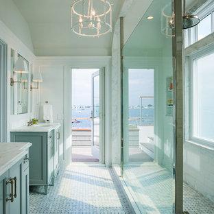 Esempio di una stanza da bagno stile marino con ante in stile shaker, ante turchesi, doccia alcova, piastrelle bianche, pareti bianche, pavimento con piastrelle a mosaico, lavabo sottopiano e doccia aperta