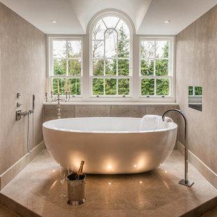 На фото: большая ванная комната в современном стиле с отдельно стоящей ванной с