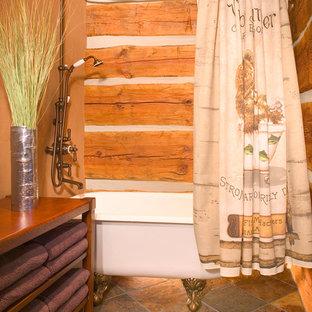 Modelo de cuarto de baño rústico con bañera con patas, combinación de ducha y bañera, baldosas y/o azulejos de cerámica y suelo de baldosas de cerámica