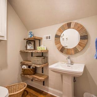 Diseño de cuarto de baño infantil, rústico, pequeño, con armarios abiertos, sanitario de dos piezas, paredes beige, suelo vinílico, lavabo con pedestal y suelo marrón