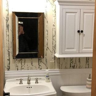 Imagen de cuarto de baño con ducha, rural, de tamaño medio, con armarios con paneles con relieve, puertas de armario blancas, sanitario de dos piezas, paredes beige y lavabo con pedestal
