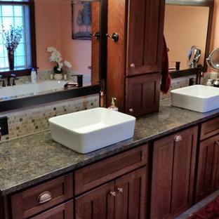Idee per una stanza da bagno moderna con ante con riquadro incassato, ante in legno bruno, piastrelle a mosaico, pareti arancioni, top in granito, pavimento marrone e top grigio