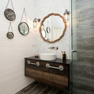 Immagine di una stanza da bagno tradizionale di medie dimensioni con lavabo a bacinella, ante in legno bruno e doccia ad angolo