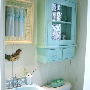 На фото: маленькая главная ванная комната в стиле шебби-шик с белыми стенами и деревянным полом