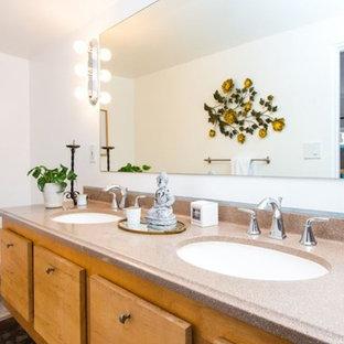 Imagen de cuarto de baño principal, minimalista, pequeño, con armarios con rebordes decorativos, puertas de armario de madera clara, sanitario de una pieza, baldosas y/o azulejos blancos, paredes blancas, suelo de baldosas de porcelana, lavabo suspendido, encimera de terrazo, suelo multicolor y encimeras rosas