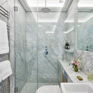 Ispirazione per una stanza da bagno padronale design di medie dimensioni con vasca freestanding, doccia aperta, WC sospeso, piastrelle bianche, piastrelle di marmo, pareti marroni, pavimento in marmo, lavabo a bacinella, top in marmo, pavimento bianco, porta doccia a battente e top bianco
