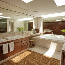 Contemporary Bathroom by vgzarquitectura y diseño sc