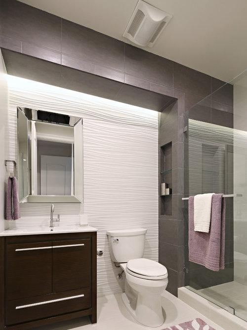 Petite salle d 39 eau avec un mur multicolore photos et - Petite salle d eau avec douche ...
