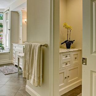Idéer för ett mellanstort klassiskt en-suite badrum, med luckor med profilerade fronter, vita skåp, en dusch i en alkov, beige kakel, vit kakel, marmorkakel, vita väggar, klinkergolv i porslin, ett undermonterad handfat, marmorbänkskiva, beiget golv och dusch med gångjärnsdörr