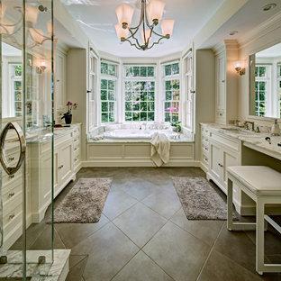 Exempel på ett mellanstort klassiskt en-suite badrum, med luckor med profilerade fronter, vita skåp, ett platsbyggt badkar, en dusch i en alkov, beige kakel, vit kakel, marmorkakel, vita väggar, klinkergolv i porslin, ett undermonterad handfat, marmorbänkskiva, beiget golv och dusch med gångjärnsdörr