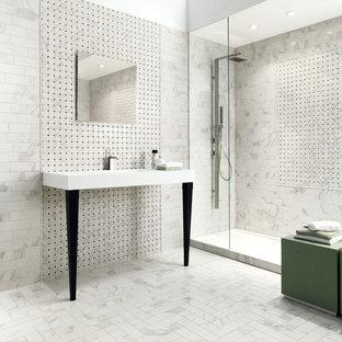 ニューヨークの大きいモダンスタイルのおしゃれなバスルーム (浴槽なし) (グレーのタイル、白いタイル、サブウェイタイル、グレーの壁、大理石の床、一体型シンク、珪岩の洗面台、白い床、アルコーブ型シャワー、オープンシャワー) の写真