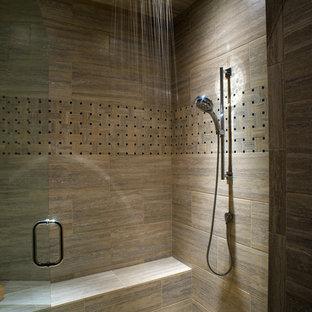 Idéer för ett modernt badrum, med en dusch i en alkov, klinkergolv i småsten och brun kakel