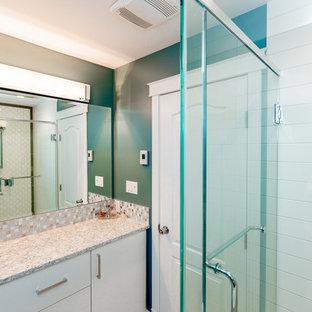 Foto de cuarto de baño con ducha, tradicional renovado, de tamaño medio, con armarios con paneles lisos, puertas de armario blancas, ducha esquinera, baldosas y/o azulejos en mosaico, encimera de granito, sanitario de dos piezas, paredes verdes y suelo de linóleo