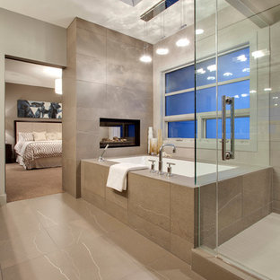 Immagine di una stanza da bagno minimal con vasca sottopiano e piastrelle beige