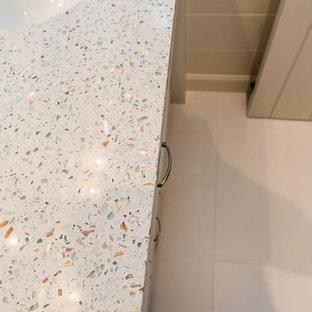 Новые идеи обустройства дома: ванная комната среднего размера в современном стиле с фасадами островного типа, белыми фасадами, душем в нише, унитазом-моноблоком, разноцветной плиткой, плиткой мозаикой, белыми стенами, полом из керамогранита, душевой кабиной, врезной раковиной и столешницей из переработанного стекла