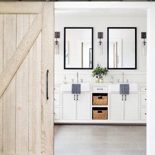 Idéer för lantliga vitt badrum, med vita skåp, vita väggar och grått golv