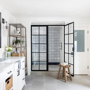 Foto di una stanza da bagno country con ante bianche, doccia alcova, piastrelle multicolore, pareti bianche, pavimento grigio, porta doccia a battente e top bianco