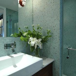 Diseño de cuarto de baño principal, actual, de tamaño medio, con encimera de mármol, baldosas y/o azulejos en mosaico, lavabo de seno grande, baldosas y/o azulejos azules, paredes blancas, suelo de mármol y puertas de armario de madera en tonos medios