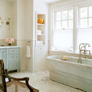Idéer för lantliga badrum, med skåp i shakerstil och ett fristående badkar