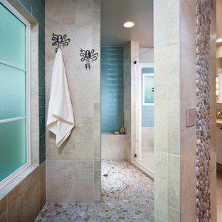 Foto di una stanza da bagno minimal con doccia aperta, piastrelle di ciottoli, pavimento con piastrelle di ciottoli e doccia aperta