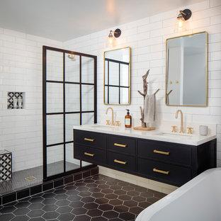 Idéer för mellanstora funkis vitt en-suite badrum, med släta luckor, svarta skåp, ett fristående badkar, en öppen dusch, en toalettstol med hel cisternkåpa, vit kakel, porslinskakel, vita väggar, cementgolv, ett undermonterad handfat, bänkskiva i kvarts, svart golv och med dusch som är öppen