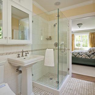 Inredning av ett klassiskt badrum, med en dusch i en alkov, mosaik och ett piedestal handfat