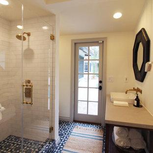 Пример оригинального дизайна: ванная комната среднего размера в стиле современная классика с открытыми фасадами, искусственно-состаренными фасадами, душем в нише, раздельным унитазом, белой плиткой, керамогранитной плиткой, белыми стенами, полом из цементной плитки, душевой кабиной, настольной раковиной, столешницей из бетона, синим полом, душем с распашными дверями, серой столешницей, нишей, тумбой под одну раковину, напольной тумбой, балками на потолке и стенами из вагонки