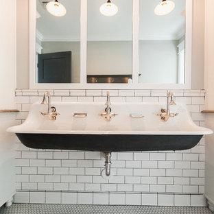 Modelo de cuarto de baño infantil, tradicional, de tamaño medio, con armarios estilo shaker, puertas de armario blancas, paredes grises, suelo de baldosas de porcelana, lavabo de seno grande y encimera de esteatita