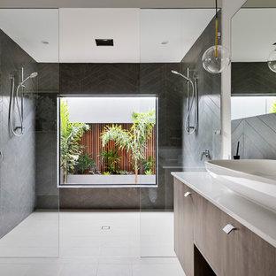 Foto di una stanza da bagno per bambini minimal con ante lisce, ante in legno scuro, doccia alcova, piastrelle nere, pareti beige, lavabo a bacinella, pavimento beige, doccia aperta e top beige