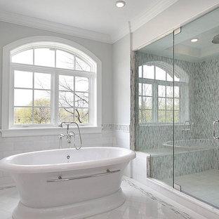 Exempel på ett stort modernt en-suite badrum, med ett fristående badkar, en dusch i en alkov, flerfärgad kakel, stickkakel, grå väggar, klinkergolv i porslin, vitt golv och dusch med gångjärnsdörr