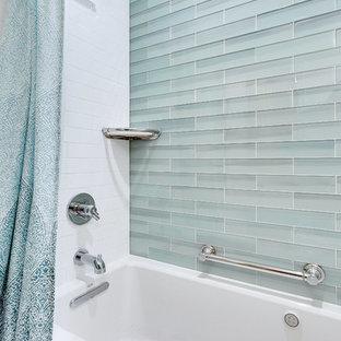 Ispirazione per una piccola stanza da bagno padronale classica con vasca ad alcova, doccia alcova, WC a due pezzi, piastrelle di vetro, pareti verdi, pavimento in marmo, lavabo a colonna, pavimento multicolore e doccia con tenda